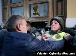 Солдат Национальной гвардии Украины и один из сторонников Саакашвили у бывшего Октябрьского дворца
