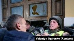 Задухурди ҷонибдорони Саакашвилӣ бо пулиси Украина.