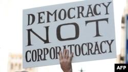 """Демократия, а не корпоратократия - один из лозунгов движения """"Займи Уолл-стрит"""" в Лос-Анджелесе"""