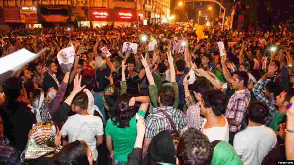Iranians in the capital celebrate the Rohani victory, some of them wearing the green color adopted by the opposition that emerged from the 2009 vote in which many alleged fraud.
