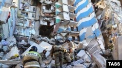 Зруйнований вибухом під'їзд будинку, ілюстративний фото