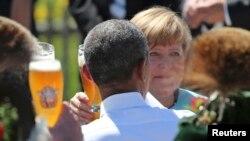 Президент США Барак Обама и канцлер ФРГ Ангела Меркель во время посещения баварского города Крюен, 7 июня 2015 года