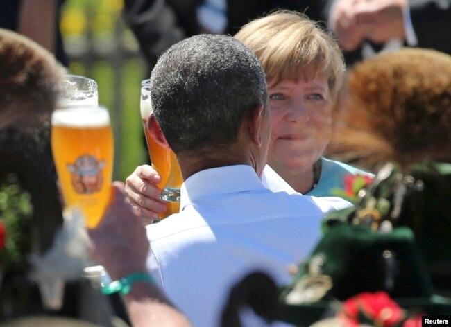 Меркель и Обама пьют пиво