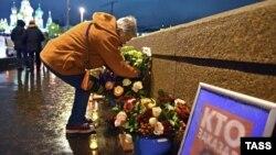 Цветы на месте, где был убит Немцов. Москва, 9 октября 2019 года