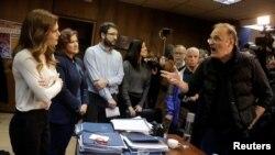 Демонстрантите од синдикатот ПАМЕ се расправаат со грчкката министерка за труд.