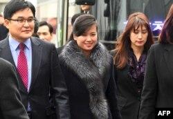 Хён Сон Вол и сопровождающие её лица