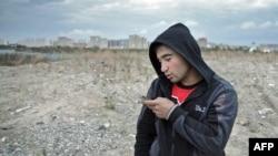 Күпчелеге Русиядә эшләгән таҗик яшьләре гаиләләре белән кесә телефоны аша гына хәбәрләшә ала