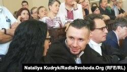 Віталій Марків під час засідання поряд із адвокатами Донателлою Рапетті (ліворуч від нього) та Нікколо Бертоліні Клерічі (праворуч). Павія, 21 червня 2019 року