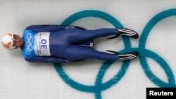 Грузинский саночник Нодар Кумариташвили во время тренировок к зимним Олимпийским играм в Ванкувере. 10 февраля 2010 года.