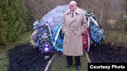 Спеціальний посланець США Айра Форман вшановує пам'ять жертв Голокосту на Янівському цвинтарі у Львові