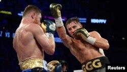 Боксер из Казахстана Геннадий Головкин (справа) во время поединка против мексиканского боксера Сауля Альвареса. Лас-Вегас, 16 сентября 2017 года.