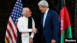 Жон Керри (оңдо) Ооганстанда президенттикке талапкерлердин бири Ашраф Гани менен сүйлөшүүнүн алдында, Кабул, 11-июль, 2014