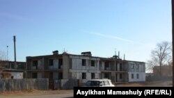 Жезқазған қаласының қасындағы Кеңгір ауылы көшелерінің бірі. 2013 жылдың қазаны.