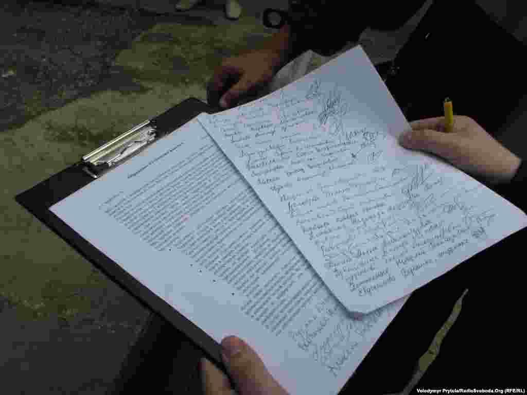 За годину ініціатори протесту зібрали близько сотні підписів під зверненням до міської влади з вимогою провести громадські слухання про реконструкцію зелених куточків Сімферополя