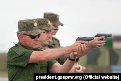 Vadim Krasnoselski (primul din stânga) în timpul unor exerciții militare
