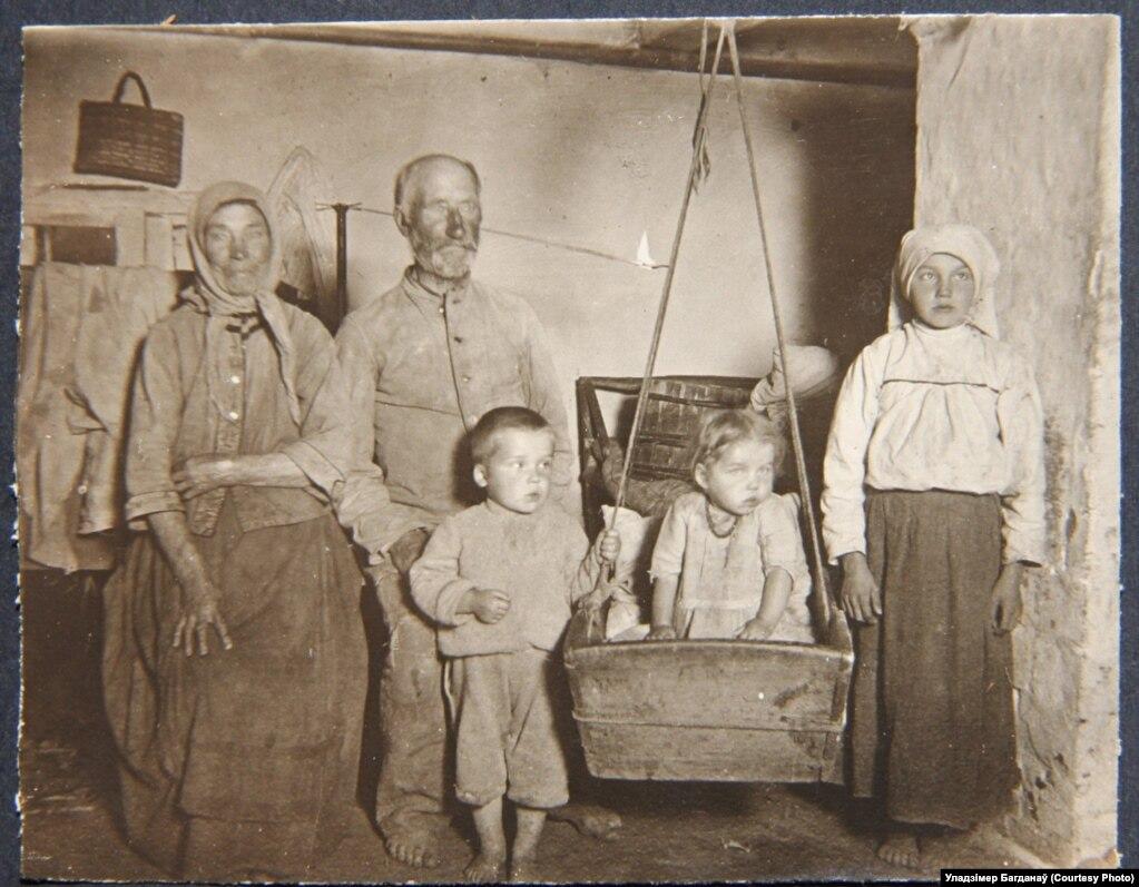 Сялянская сям'і з-пад Смаргоняў, фота нямецкага салдата
