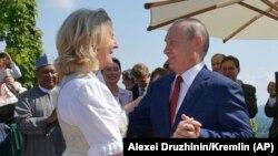 Президент России Владимир Путин танцует с министром иностранных дел Австрии Карин Кнайсль на ее свадьбе.