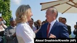 Putin Avstriya xarici işlər naziri Karin Kneisslnin toyunda gəlinlə rəqs edir