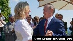 Vladimir Putin (sağda) Avstriya xarici işlər naziri Karin Kneisslin toyunda gəlinlə rəqs edir