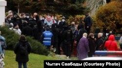 Oko 60 lekara i drugih zdravstvenih radnika koji su se 7. novembra okupili na antivladinim demonstracijama u blizini bolnice u Minsku odvedeno je policijskim vozilima