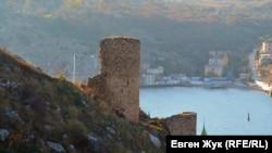 Нижняя башня с барбаканом