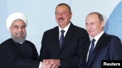 Слева направо: президент Ирана Хасан Роухани, президент Азербайджана Ильхам Алиев и президент России Владимир Путин на трехсторонней встрече в Баку. 8 августа 2016 года.