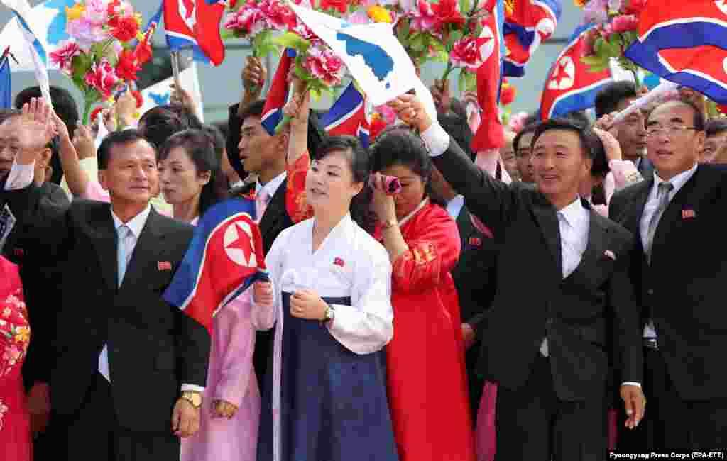 """Пхеньян әуежайында Оңтүстік Корея президентінің делегациясын күтіп тұрған солтүстік кореялық """"массовка"""". 18 қыркүйек 2018 жыл."""
