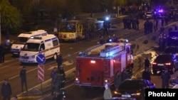 Полицейские и спасатели работаю на месте взрыва автобуса, Ереван, 25 апреля 2016 г.