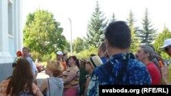 Экскурсію праводзіць глыбоцкі краязнаўца Юрый Кілбасіч