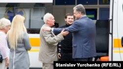 Президент України Петро Порошенко зустрічає звільнених Геннадія Афанасьєва та Юрія Солошенка у Києві. 14 червня 2016 року