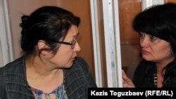 Осужденный оппозиционный журналист Гузяль Байдалинова (слева) после приговора успокаивает свою сестру Альмиру. Алматы, 23 мая 2016 года.