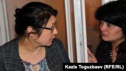 Өзіне сот үкімі шыққан соң оппозициялық журналист Гузял Байдалинова (сол жақта) сіңлісі Альмираны жұбатып тұр. Алматы, 23 мамыр 2016 жыл.