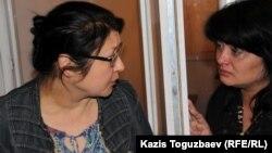 Осужденный журналист Гузяль Байдалинова (слева) после приговора успокаивает свою сестру Альмиру. Алматы, 23 мая 2016 года.