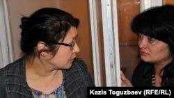 Сотталған журналист Гузяль Байдалинова (сол жақта) үкім оқылған соң сіңлісі Альмираны тыныштандырып жатыр. Алматы, 23 мамыр 2016 жыл.