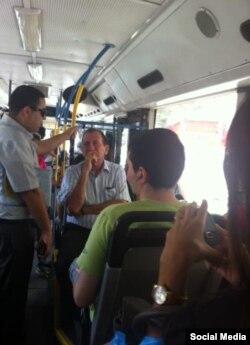 Рон Хульдаи едет на работу в автобусе