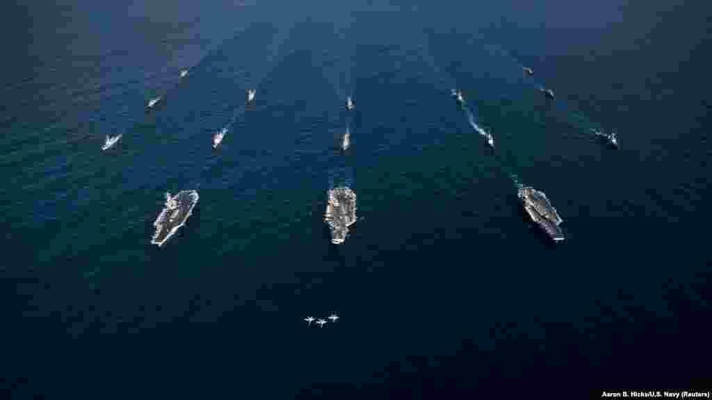 САД - Бродови на американската воена морнарица пловат кон Блискиот Исток поради зголемените тензии околу конфликтот во Сирија. До ова доаѓа по наводниот напад со хемиско оружје за кој Вашингтон ги обвинува Москва и Дамаск. Русија соопшти дека внимателно ги следи движењата на американската морнарица, а нејзин висок армиски офицер најави дека ќе распоредат воена полиција во Дума, градот каде беше изведен наводниот хемиски напад.
