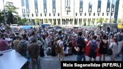 Учасники протестів вимагають відставки міністра внутрішніх справ і призначення дострокових парламентських виборів