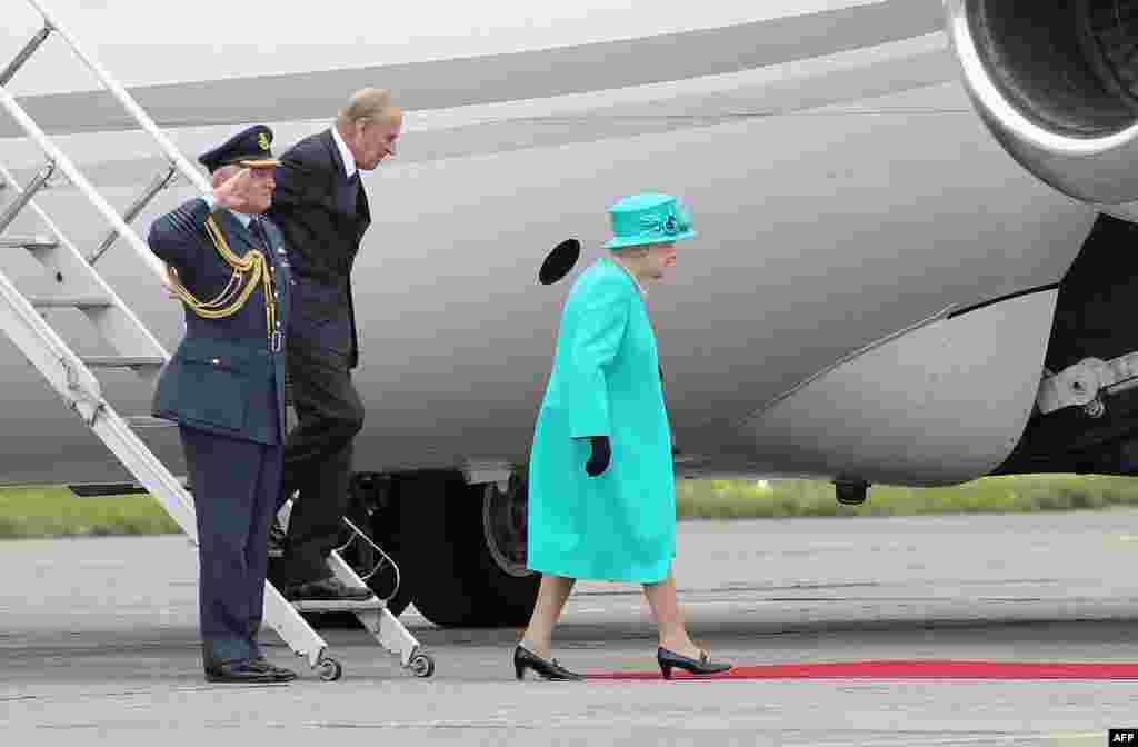 Королева вместе с принцем Филиппом прибыла в Дублин. 17 мая 2011 года.
