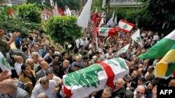 در مراسم روز جمعه، هزاران لبنانی با در دست داشتن پرچم هایی که آرم فالانژها بر روی آن دیده می شد، حضور یافتند.