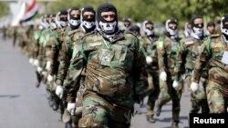"""Хашид Шааби (Элдик мобилизация) отрядындагы шиит жоокерлер """"ал-Кудус күнүнө"""" (Иерусали күнү) арналган аскердик парадда. Багдад, 10-июль 2015"""