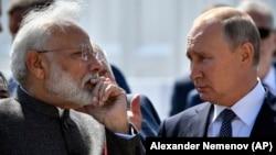 Presidenti rus, Vladimir Putin (djathtas) dhe kryeministri indian, Narendra Modi.