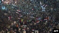 Миср собиқ президенти тарафдорлари Қоҳиранинг Рабаа Ал-Адавия масжиди яқинида ўтказаётган намойиши, 2013 йил 1 август.