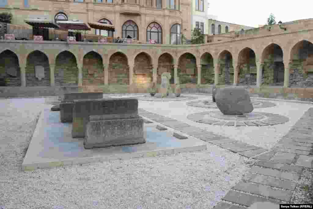 Камни в крепости на территории старого города.