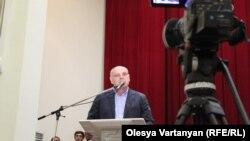 Финальную встречу предвыборной кампании Аслана Бжания его штаб решил провести в здании правительства в большом актовом зале. Публика своего кандидата приветствовала продолжительными аплодисментами