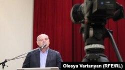 Говоря о планах оппозиции, Аслан Бжания сказал, что в ближайшие две-три недели у нее пройдут встречи с населением районов