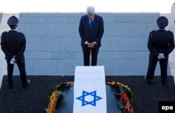 Екс-президент США Білл Клінтон стоїть поруч з труною Переса на прощанні перед будівлею Кнесету, 29 вересня 2016 року