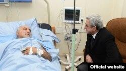 Серж Саргсян навещает в больнице Паруйра Айрикяна, 1 февраля 2013 г.