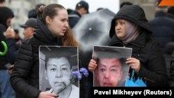 Участники траурного митинга с фото активиста Дулата Агадила, о смерти которого в стенах следственного изолятора в столице сообщила полиция 25 февраля. Алматы, 27 февраля 2020 года.