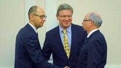 Арсений Яценюк (слева) перед встречей со Штефаном Фюле (в центре) и Янушем Левандовским