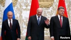 Ресей, Беларусь және Украина президенттері Владимир Путин (солдан оңға қарай), Александр Лукашенко және Петр Порошенко. Минск, 26 тамыз 2014 жыл.